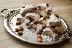 卡瓦拉曲奇饼用从希腊的杏仁一个银色盘子的 免版税库存照片