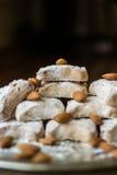 卡瓦拉曲奇饼用从希腊的杏仁一个银色盘子的 免版税图库摄影