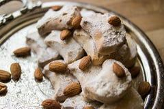 卡瓦拉曲奇饼用从希腊的杏仁一个银色盘子的 库存照片