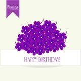 贺卡生日快乐!紫色,与黄色中心的蓝色紫罗兰花束在白色背景 免版税图库摄影