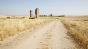 卡米诺de los Torrejones道路和废墟在戈塔伦杜拉旁边 股票视频