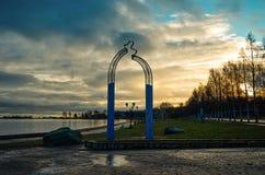 卡累利阿 城市的礼物被孪生 雕刻友谊火花在奥涅加湖岸的  11月14日, 库存照片