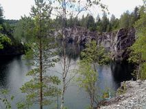 ?? 卡累利阿 Ruskeala山公园是一件前大理石猎物充满地水 免版税库存照片