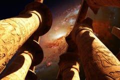 卡纳克神庙和星系M106 (美国航空航天局装备的这个图象的元素 库存照片