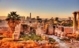 卡纳克神庙寺庙在晚上-卢克索的看法 免版税库存照片