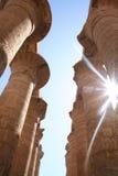 卡纳克神庙寺庙-虽则发光柱子专栏[el卡纳克神庙的太阳,在卢克索,埃及,阿拉伯国家,非洲附近] 免版税库存照片