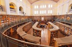 卡纳塔克邦状态中央图书馆街道的宽大厅有老木书架的 库存照片