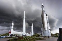 卡纳维尔角,在风暴前的肯尼迪航天中心火箭队庭院 库存图片