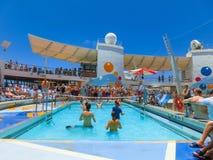 卡纳维尔角,美国- 2018年5月03日:使用在水池的人们在微型排球的上甲板在巡航在巡航划线员或 免版税图库摄影