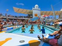 卡纳维尔角,美国- 2018年5月03日:使用在水池的人们在微型排球的上甲板在巡航在巡航划线员或 库存照片