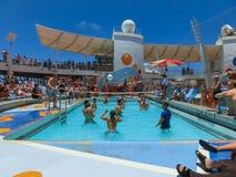 卡纳维尔角,美国- 2018年5月03日:使用在水池的人们在微型排球的上甲板在巡航在巡航划线员或 库存图片