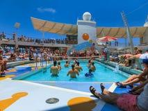 卡纳维尔角,美国- 2018年5月03日:使用在水池的人们在微型排球的上甲板在巡航在巡航划线员或 免版税库存照片