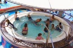 卡纳维尔角,美国- 2018年5月02日:在巡航划线员或海的船绿洲的极可意浴缸游泳池由皇家的 库存照片
