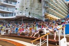卡纳维尔角,美国- 2018年5月03日:坐在展示的人民在水色剧院圆形剧场在巡航划线员绿洲  图库摄影