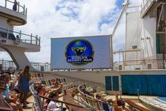 卡纳维尔角,美国- 2018年5月03日:坐在展示的人民在水色剧院圆形剧场在巡航划线员绿洲  免版税图库摄影