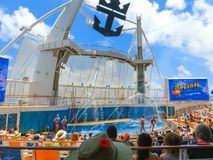 卡纳维尔角,美国- 2018年5月03日:坐在展示的人民在水色剧院圆形剧场在巡航划线员绿洲  免版税库存图片