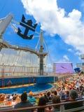 卡纳维尔角,美国- 2018年5月03日:坐在展示的人民在水色剧院圆形剧场在巡航划线员绿洲  库存照片