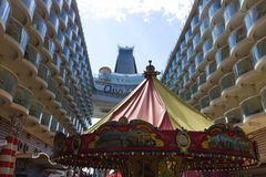 卡纳维尔角,美国- 2018年5月04日:木板走道、水色剧院圆形剧场巡航划线员的或海的船绿洲 免版税库存图片