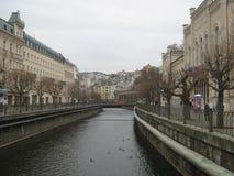卡罗维发利,捷克,河泰普拉的堤防 免版税图库摄影