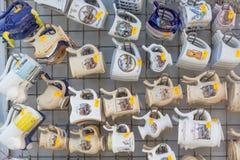 卡罗维发利,捷克- 2018年4月:许多杯子纪念品在旅游商店 温泉渡假胜地在捷克 卡罗维发利是kn 免版税库存照片