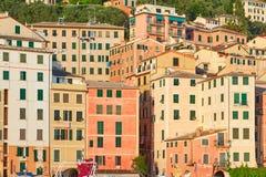 卡莫利典型的意大利村庄有五颜六色的房子背景 免版税库存图片