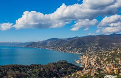卡莫利和东部里维埃拉,热那亚赫诺瓦省,利古里亚里维埃拉,地中海海岸,意大利城市鸟瞰图  免版税库存照片