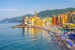 卡莫利村庄的意大利人里维埃拉五颜六色的海滩风景利古里亚-热那亚省的 库存照片