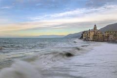 卡莫利海滩和教会的看法  图库摄影