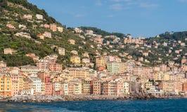 卡莫利镇,在热那亚附近,看见从海 免版税库存照片