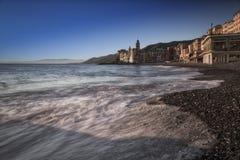 卡莫利,与教会的著名海滩在背景中 库存照片
