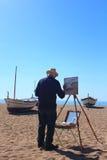 卡莱利亚de拉科斯特,巴塞罗那,西班牙- 5月2日2015年:当春天到达,地方画家在卡莱利亚画渔夫小船 库存图片