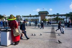 卡萨布兰卡,摩洛哥- 2018年1月14日:传统礼服的摩洛哥水卖主 库存照片