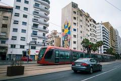 卡萨布兰卡,摩洛哥- 2017年9月3日:通过街道的汽车  库存图片