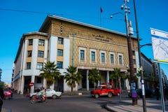 卡萨布兰卡,摩洛哥- 2018年1月11日:银行在卡萨布兰卡街道的Al马格里布大厦看法  免版税库存图片