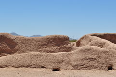卡萨格兰德废墟-墙壁和大厦与自然战斗 免版税图库摄影
