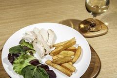 卡路里控制了饮食鸡膳食用沙拉和酒 免版税库存图片