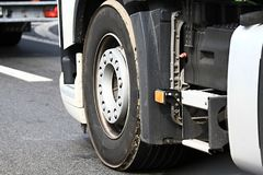 卡车停放了在公司` s停车场区域之外 免版税库存照片