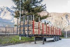 卡车充电与等待交付的木日志 免版税库存照片