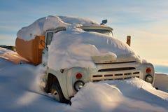 卡车充满雪 免版税库存图片