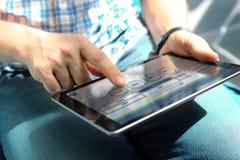 卡车司机与电子旅程日记一起使用 eld 免版税库存图片