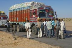 卡车司机在路谈话在Jamba,印度 免版税库存照片