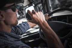 卡车司机钶收音机谈话 图库摄影