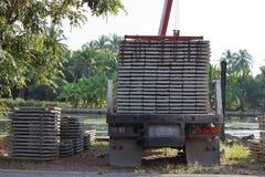 卡车后面看法,当装载堆建筑的时钢筋混凝土平板 库存图片