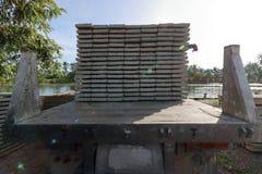 卡车后面看法,当装载堆建筑的时钢筋混凝土平板 免版税图库摄影