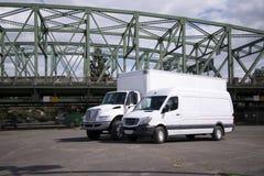 卡车和半微型货物搬运车准备好交付 库存照片