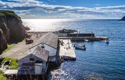 卡车和小船在cliffside在Twillingate靠码头 免版税库存图片