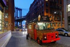 卡车和曼哈顿桥梁在蓝色小时 图库摄影