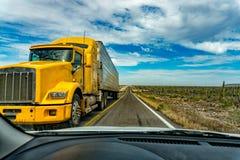卡车和汽车下加利福尼亚使不尽的平直的全景路环境美化 库存图片