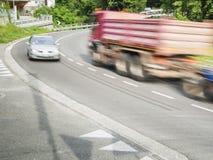卡车和汽车在曲线 库存照片