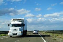 卡车和汽车在路 免版税库存图片